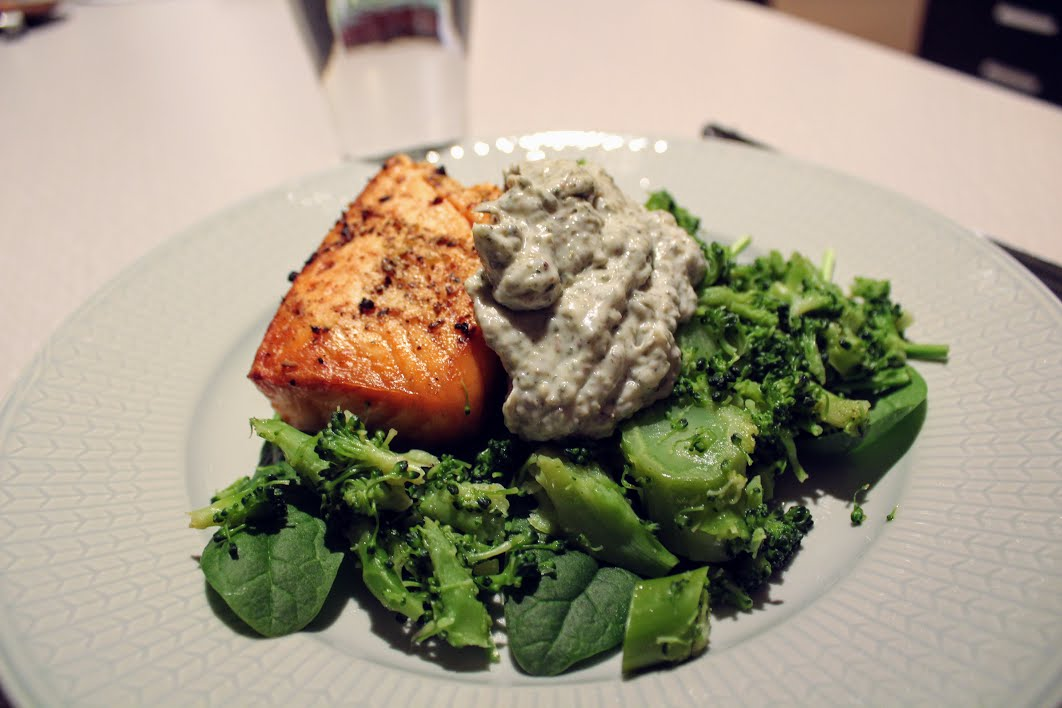 Smörstek lax med brocoli och grön majonnäs